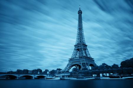 Tour Eiffel et Seine à Paris, France. Banque d'images - 81209128