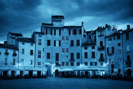 ルッカ イタリア夜景のピアッツァ デル アンフィテアトロ