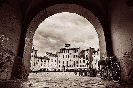イタリア、ルッカのアンフィテアトロ広場 dell のアーチの入り口