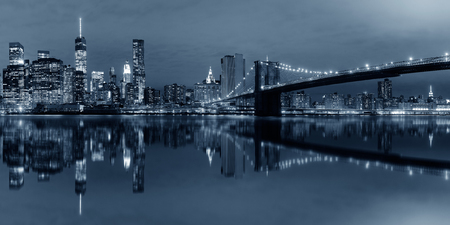 BW에 반사 밤에 브루클린 다리와 맨하탄 시내 도시보기 스톡 콘텐츠 - 76853532