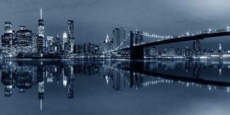 BW で光が反射して夜のブルックリン橋とマンハッタン ダウンタウン アーバン ビュー