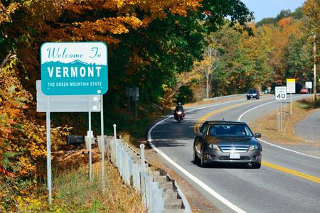 総: VERMONT - OCT 11: Welcome sign and road traffic on October 11, 2015 in Vermont. Forests cover approximately 75% of its total land area, Vermont is the 2nd least populous in US. 報道画像