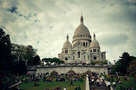 sacre coeur: PARIS, FRANCE - 13 mai: Cathédrale Coeur Sacré et les touristes, le 13 mai 2015 à Paris. Avec la population de 2M, Paris est la capitale et le plus peuplé de France