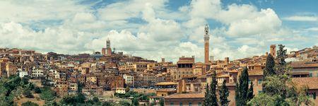 Siena Cathedral en Torre del Mangia Bell Tower met historische gebouwen. Italië