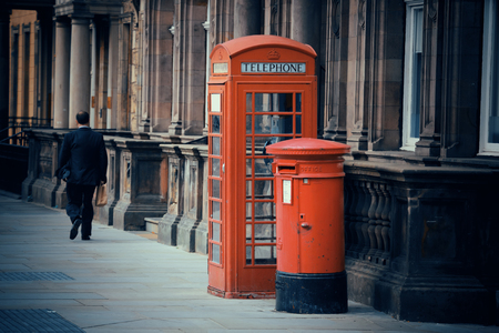 Edinburgh stadsstraat uitzicht met telefooncel in het Verenigd Koninkrijk.