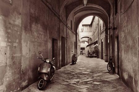 ストリート ビューには、古い建物やイタリアのシエナのアーチ。