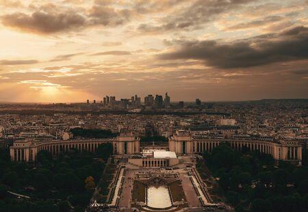 Vue sur les toits de Paris city skyline avec la défense au coucher du soleil, france. Banque d'images - 80715649