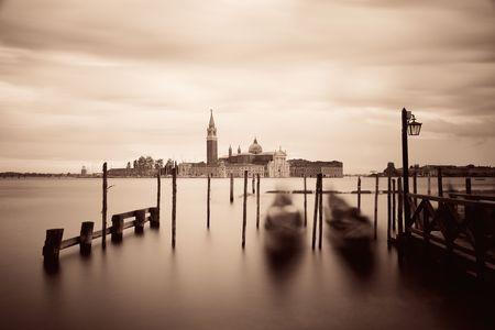 Gondelpark in water en het eiland van San Giorgio Maggiore in Venetië, Italië.