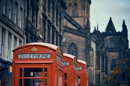 Vista sulla strada di Edimburgo con telefono in Regno Unito.