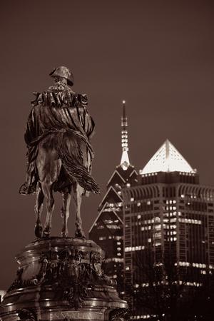 george washington: Estatua de George Washington y arquitectura de la ciudad de Filadelfia en la noche