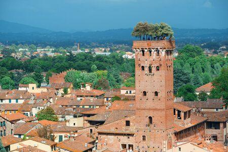 De horizon van Lucca met Guinigi-Toren en kathedraal in Italië Stockfoto - 88198864