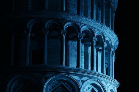Leunende toren close-up uitzicht 's nachts in Pisa, Italië als de wereldwijde bekende bezienswaardigheid. Stockfoto