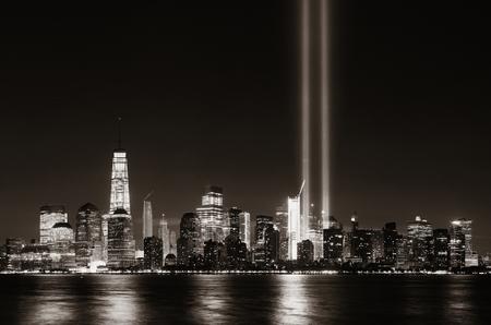 New York City centrum van de stedelijke architectuur 's nachts en 11 september hulde licht Stockfoto