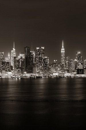 Midtown skyline over Hudson River in New York City with skyscrapers at night Banque d'images