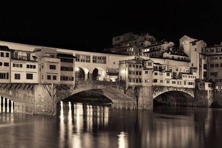 Ponte Vecchio over Arno River in Florence Italië bij nacht in zwart-wit.