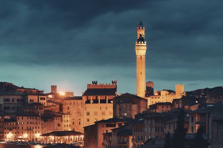 Medieval town Siena skyline view with Bell Tower and historic buildings in Italy at night Stockfoto