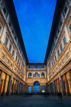 피렌체 이탈리아에서 밤에 Piazzale degli Uffizi에서 Uffizi 갤러리. 스톡 콘텐츠