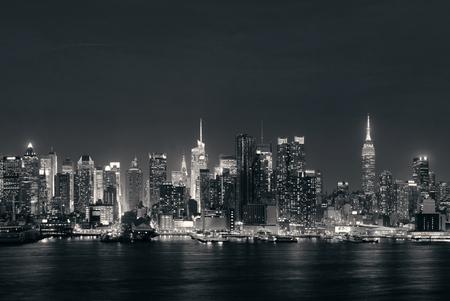 밤에 마천루와 뉴욕시에서 허드슨 강 미드 타운 스카이 라인