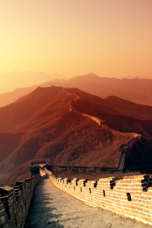 朝は日の出と北京、中国のカラフルな空万里の長城。