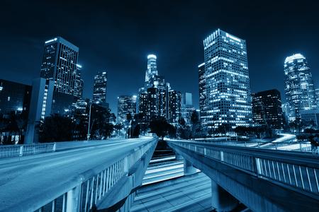 Лос-Анджелес в центре города ночью с городскими зданиями и легкой тропой