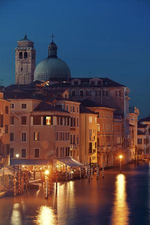 역사적 건물 밤 베니스 운하보기. 이탈리아. 스톡 콘텐츠