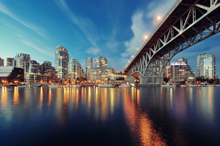 Vancouver False Creek at night with bridge and boat. Archivio Fotografico