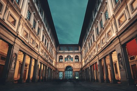 Galería de los Uffizi en Piazzale degli Uffizi por la noche en Florencia Italia.
