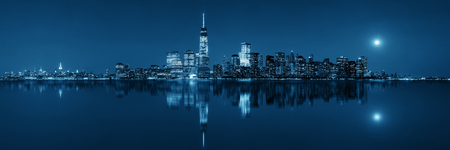 New York City at night with urban architectures reflections Zdjęcie Seryjne