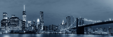Manhattan Downtown urban view with Brooklyn bridge at night Stok Fotoğraf