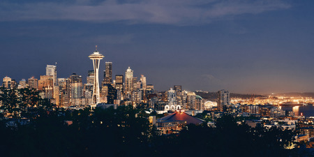 Seattle city skyline at night with urban office buildings viewed from Kerry Park. Imagens