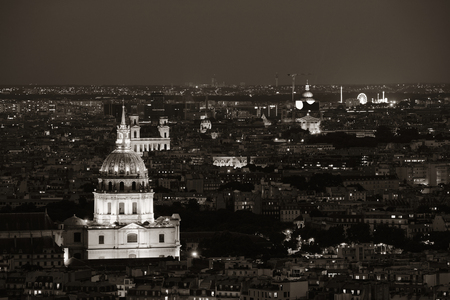 Paris city skyline rooftop view at night, France. Banque d'images