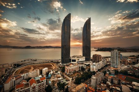 XIAMEN, CHINA – FEB 16: Shimao Twin Tower rooftop view at sunset on February 26, 2018 in Xiamen. Xiamen was ranked as Chinas 2nd-most suitable city for living 新聞圖片