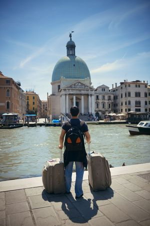 Traveler standing in front of Venice Canal. Italy. Фото со стока