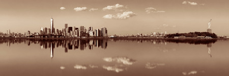 Manhattan downtown skyline with urban skyscrapers over river with reflections. Zdjęcie Seryjne