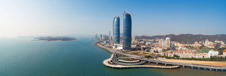 """샤먼(Xiamen)의 도시 스카이라인의 공중 파노라마 전망. 샤먼은 중국에서 2번째로 """"가장 살기 좋은 도시""""로 선정되었습니다."""