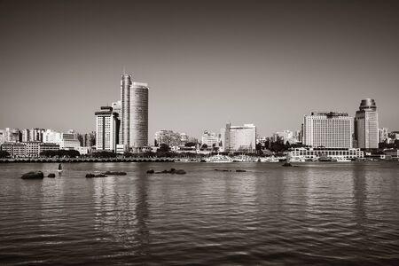 Edificios urbanos frente al mar en Xiamen, Fujian, China. Foto de archivo