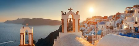 Santorini skyline sunset with buildings in Greece. 免版税图像