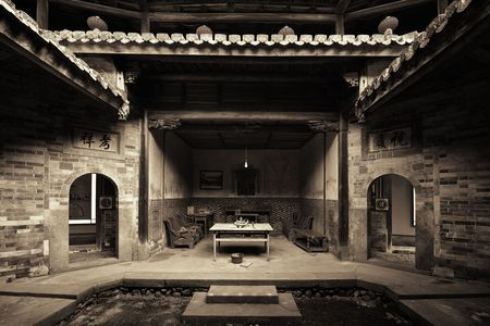 FUJIAN, CHINA – MARCH 2, 2018: A courtyard in Tulou. Tulou is the unique traditional rural dwelling of Hakka. 스톡 콘텐츠 - 127377105