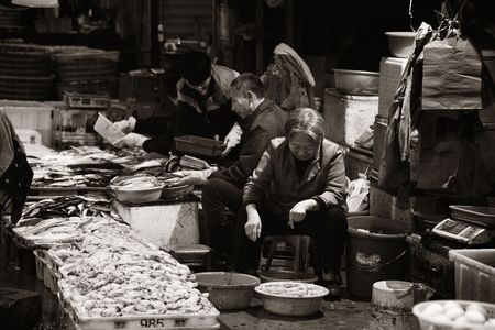 XIAMEN, CHINA – FEB 16: Fish market street view on February 26, 2018 in Xiamen. Xiamen was ranked as Chinas 2nd-most suitable city for living 에디토리얼