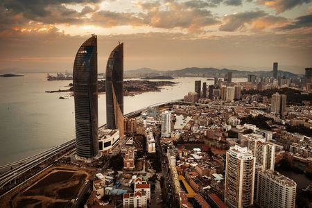 """XIAMEN, CHINA - 16 de febrero: Vista aérea de Shimao Twin Tower al atardecer el 26 de febrero de 2018 en Xiamen. Xiamen fue clasificada como la segunda ciudad de China como """"la ciudad más adecuada para vivir"""""""