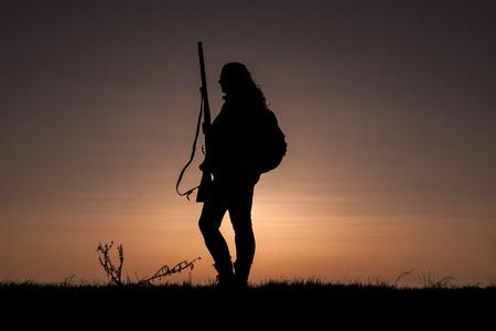 fusil de chasse: Femme Hunter silhouette à Sunset