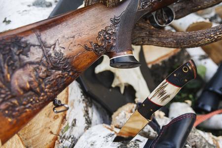 fusil de chasse: Fusil de chasse, couteau et corne Banque d'images