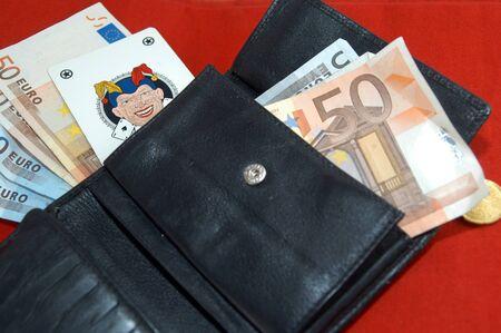 geld uit een portemonnee