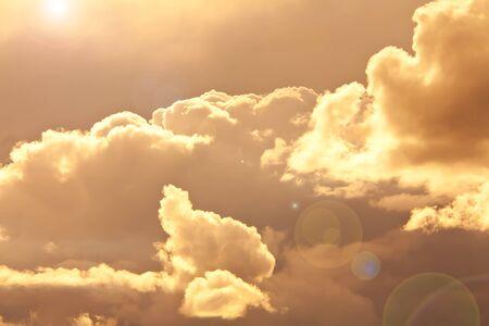 경고 황금 색상에서 하늘과 구름