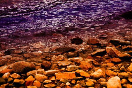 자주색과 금색의 바위가 많은 호반