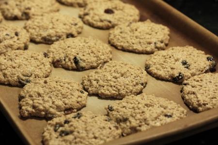 오븐에 대 한 준비를 냄비에 쿠키 반죽 스톡 콘텐츠