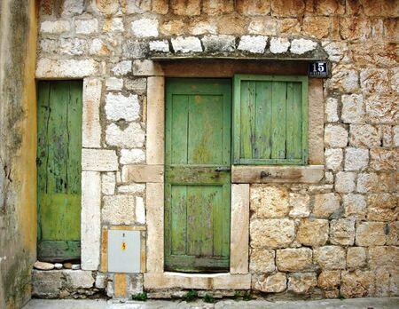 Green Door in Brick Setting, Vis, Croatia Banco de Imagens