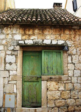 puerta verde: Old Croacia casa de piedra con puerta verde en la isla de Vis