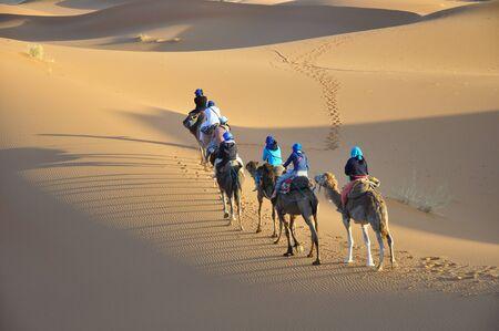 Desierto del Sahara y jinetes en camello Foto de archivo