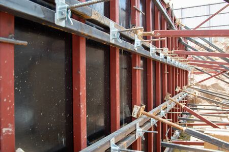 Construction formwork for concrete.Spring clips are a new formwork device for fastening concrete formwork.Used to fasten formwork, columns, beams, walls faster and easier with Auto Lock. Banco de Imagens